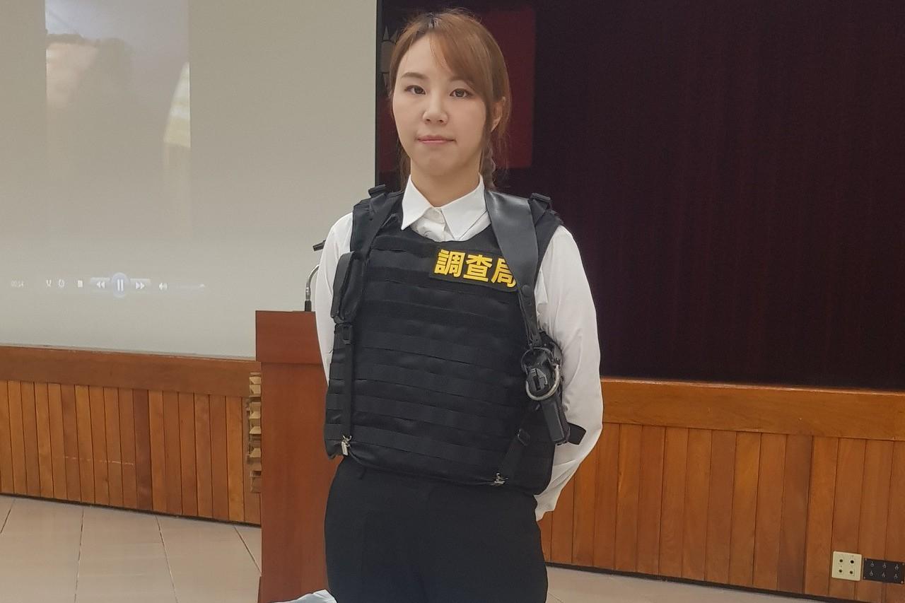 調查局銷毀300公斤毒品 女調查官展示新型防彈背心