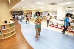 瑞芳國小新圖書館啟用 車站風格還可傍河閱讀