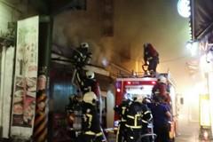 士林區牛排館大火 消防局疏散百餘名民眾