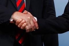 握手秀成角力賽 馬克宏疑在川普手上留印