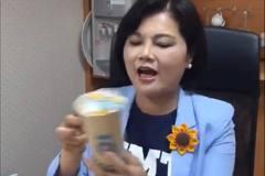 她臉書實測湯匙喝珍奶 結果下場超狼狽