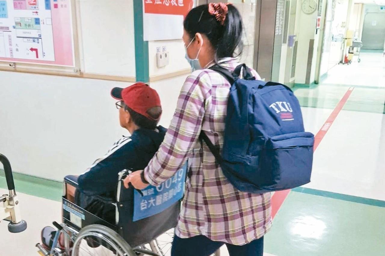 醫院看護請不到 子女工作照顧兩頭燒瀕臨崩潰