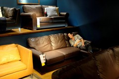 離譜!男子坐IKEA沙發掉槍 6歲童撿去玩當眾擊發