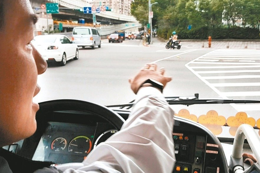 朝五晚十一...公車司機太操 乘客一日三遇