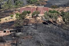 葡萄牙南部野火蔓延 濃厚黑煙遮蔽海灘勝地