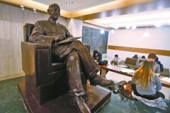 政大悄悄拆蔣銅像 移至華興育幼院