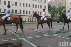 影/台中市騎警隊成立人馬風雨中演練使命必達