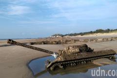 影/金門823砲戰60年 半陷於沙灘上的沉睡戰車