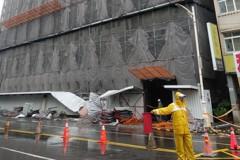高雄鷹架砸死人 工務局調查疑繫牆桿未按圖施作