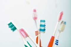 有異味…疑妻偷沾排泄物 他拿11牙刷送驗