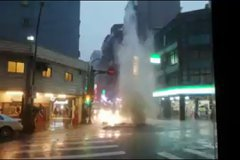 大雷雨襲擊!西門町「噴泉」噴飛250公斤人孔蓋