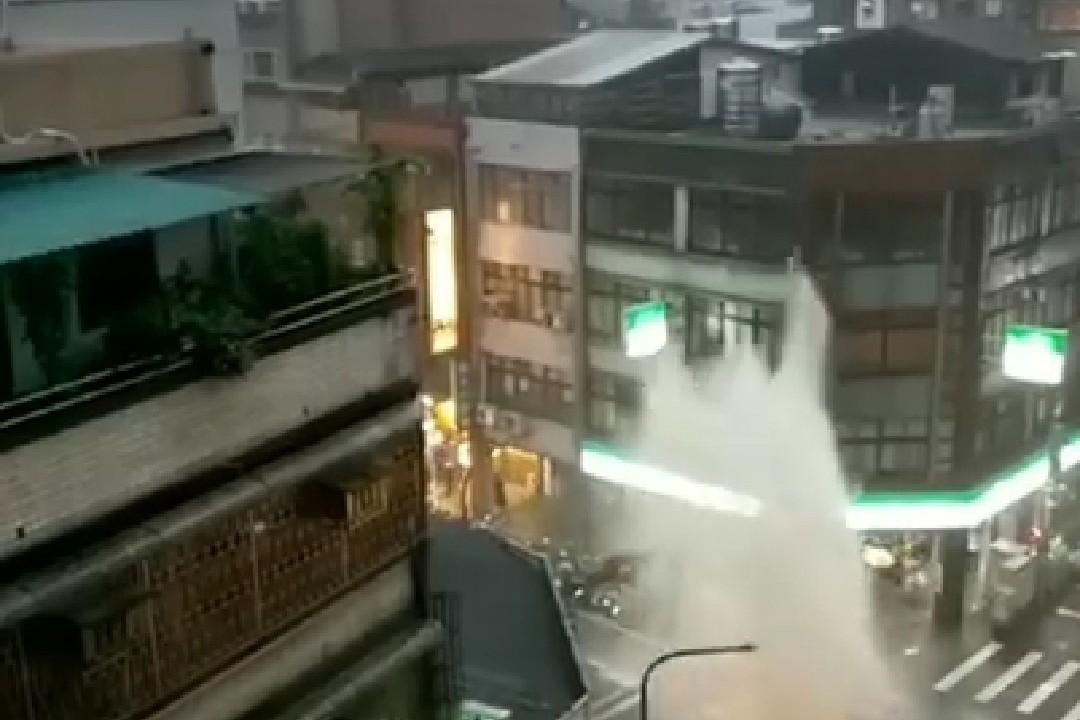 西門町人孔蓋出現「噴泉」 工務局:瞬間水量暴增衝開