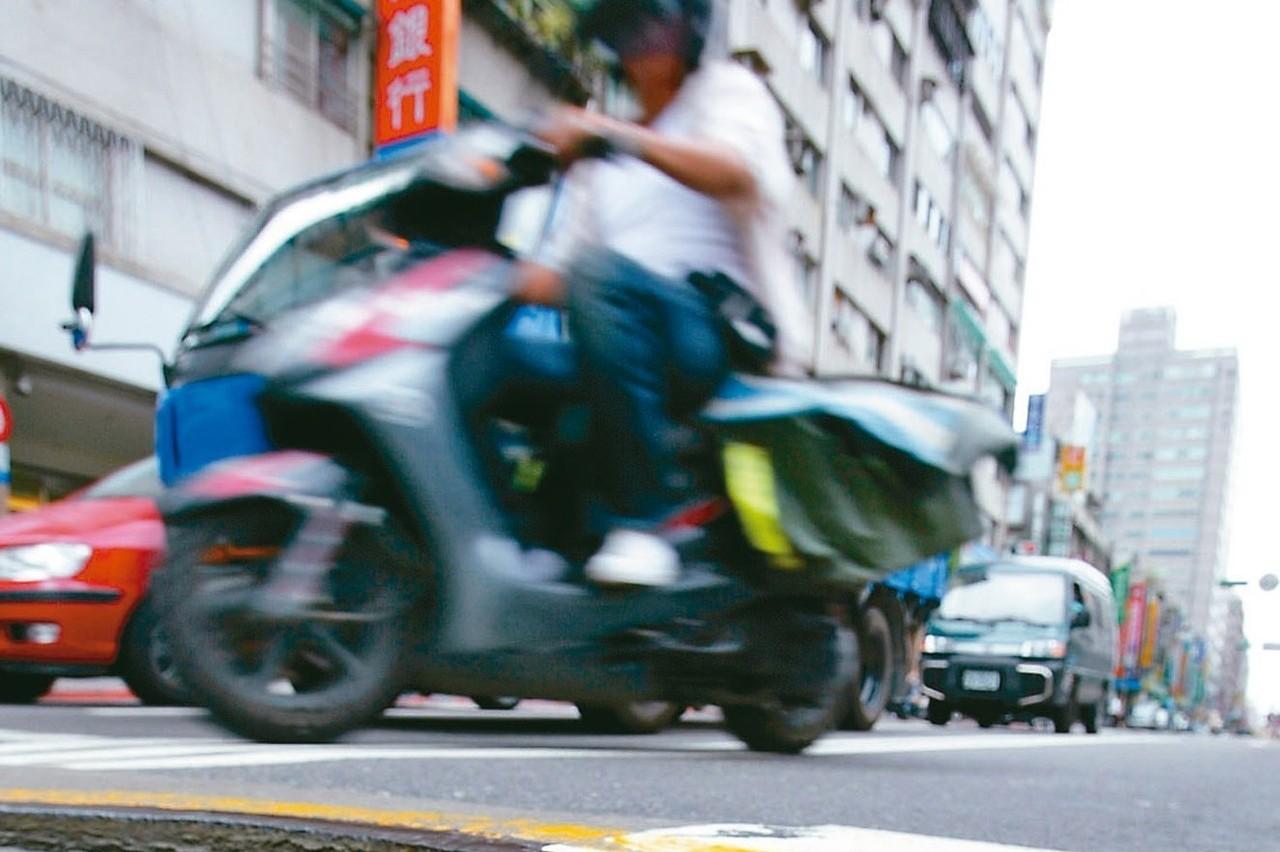 回響/騎車像跳探戈...掃人孔蓋地雷 交部擬定防滑係數