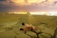 金字塔上拍裸身交疊照惹怒 埃及檢方要查