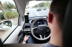 開車對撞還掏槍!攻擊Google自駕車 「它們想取代人類」