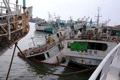法拍船破底險沈船 傍晚吊上岸