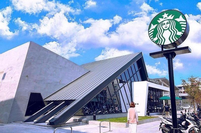 台南打卡新熱點! 最美星巴克「北歐風時尚合掌屋」咖啡迷必追