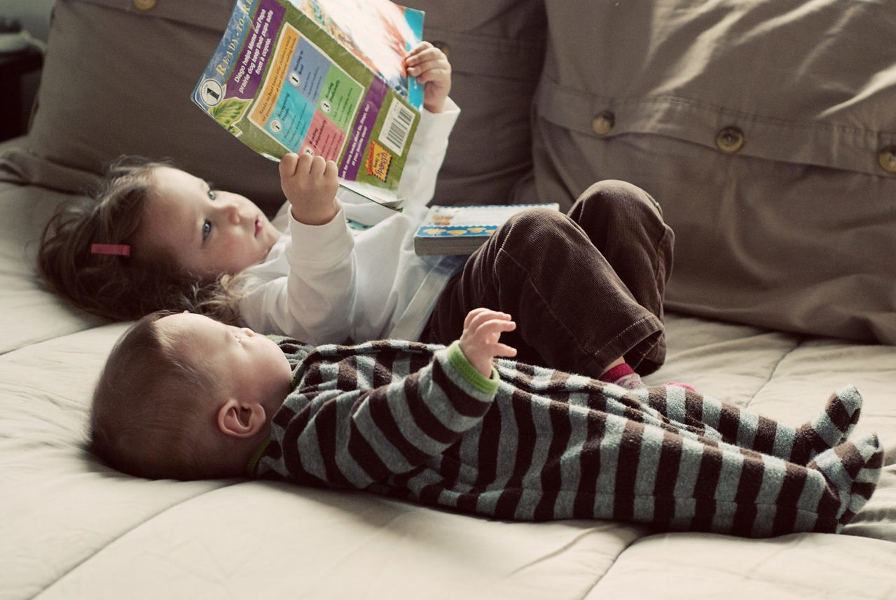 紙本書難取代 研究指父母陪幼兒讀電子書互動更少且易分心