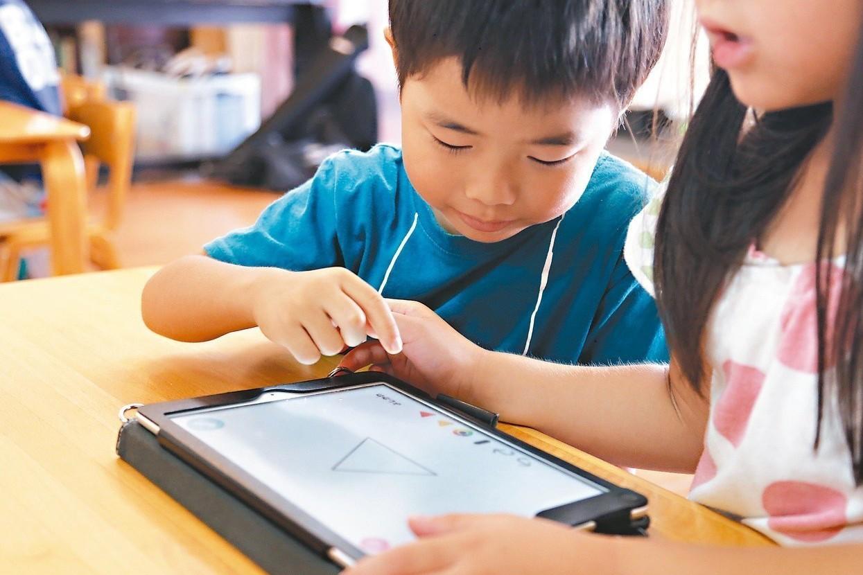 狂玩手機…4歲孩童近視650度