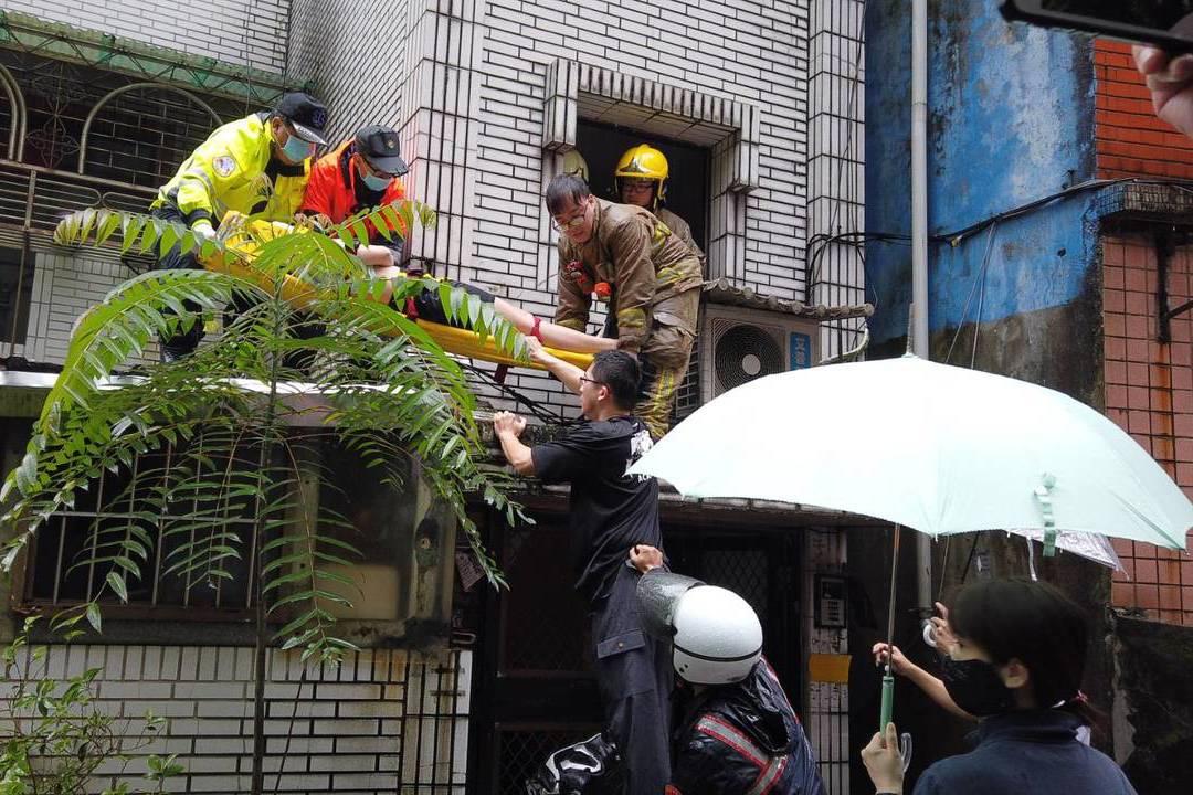 基隆女子墜樓 1樓遮雨棚保她一命