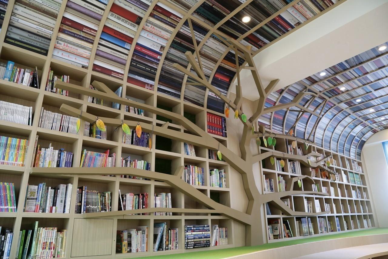書櫃化身大樹 新港國中社區共讀站媲美獨立書店