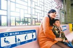 醫院旁捷運站座椅少 被批不友善長者