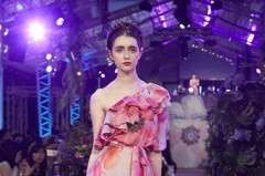 韓妞最愛「獨角獸光底妝+玫瑰唇」!Daniel Wong 2019春夏時尚秀妝容就是靠這些