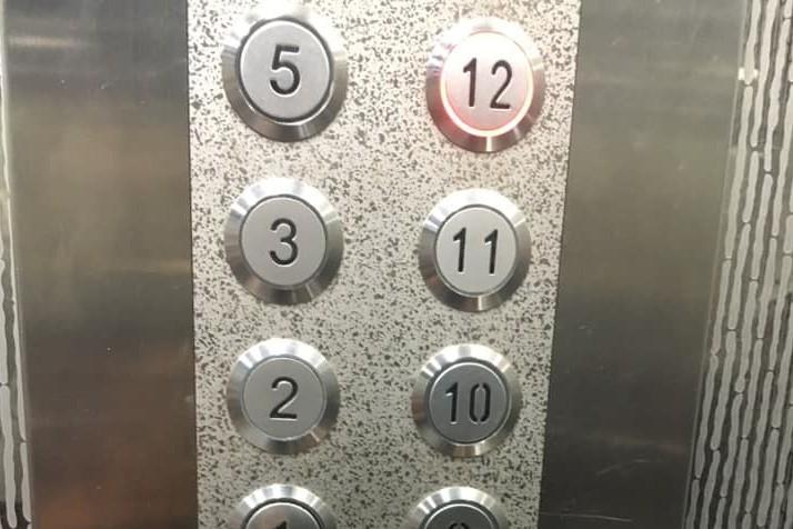 大媽搭電梯只顧滑手機 爆氣飆罵:怎沒問我去幾樓?