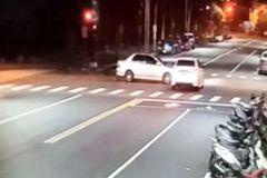 高雄暗夜開車互不讓 一車衝去撞大樓