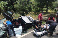 影╱男子開車自撞困在變形車內 消防隊切開車頂救人