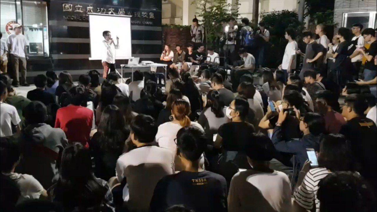 香港反送中 數百學生聚集成大聲援