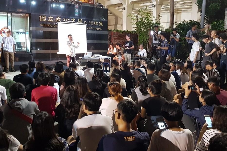 影/成大臨時發起聲援香港反送中 參與學生擠滿校門口