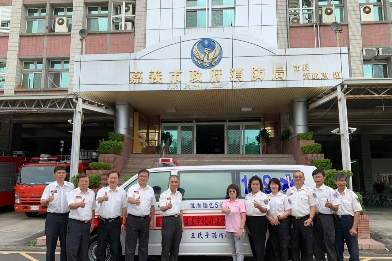 經商有成回饋社會 麵包董事長捐救護車