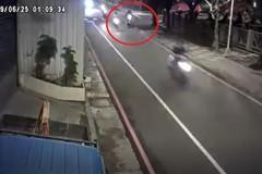 中和女騎機車擦撞人行道自摔 民眾疑設計不良惹禍