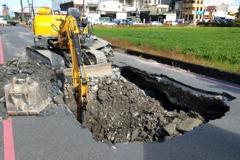影╱大晴天的宜蘭路面現天坑 原因竟是溝渠滲漏淘空路基