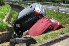 影/國3交流道前驚傳2車對撞 失控衝進水溝釀7傷