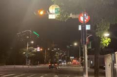 板橋南雅南路口禁轉標誌被擋住 民眾一轉就遭開單