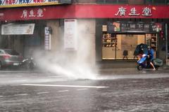 影/雨炸台中 南屯道路人孔蓋噴飛