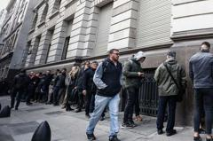 擔心資本管制後領不到錢 阿根廷人急奔銀行提款