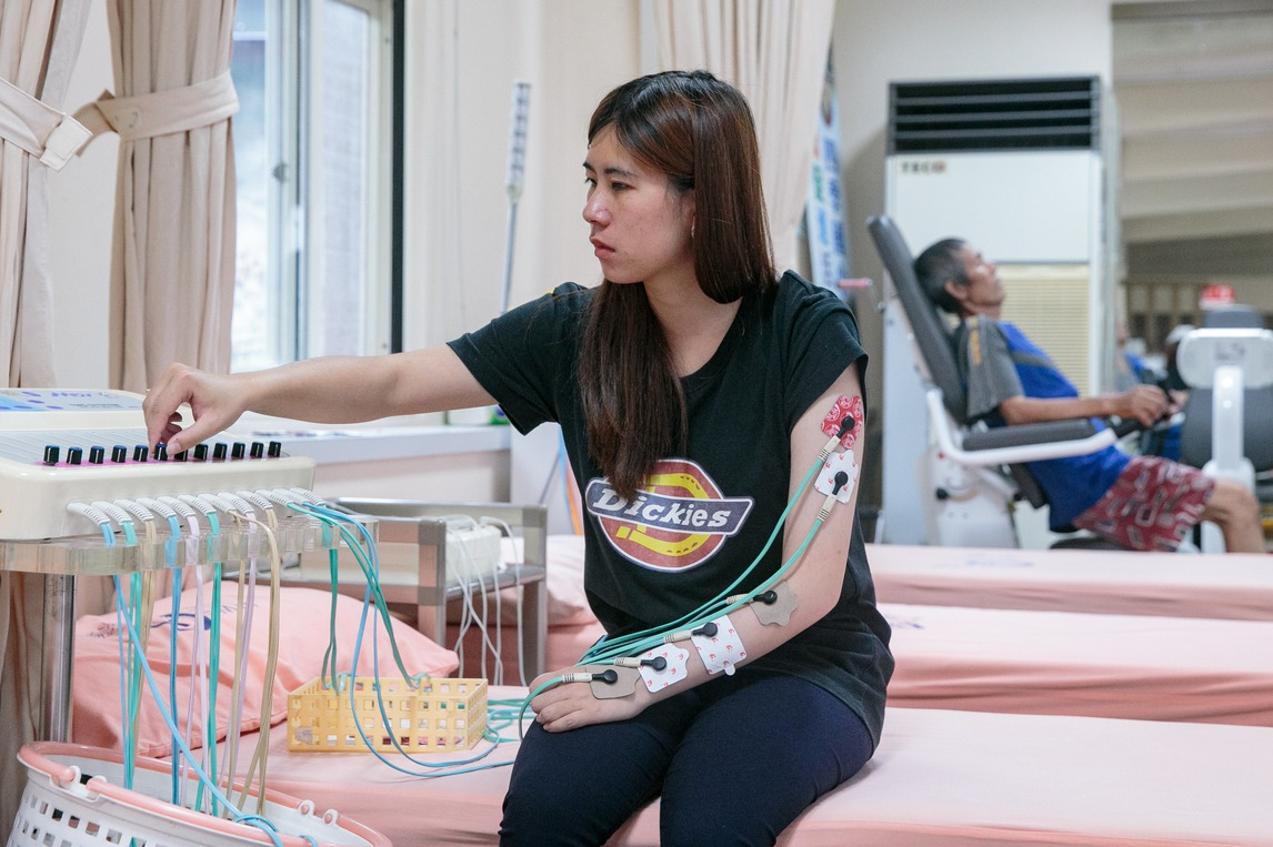 車資負荷不再沉重…長照專車 助癱瘓的她站起來