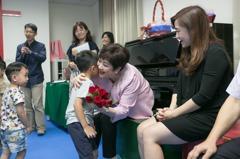 甄珍訪慢飛天使送月餅 募410萬元助童