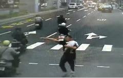 影/疑吞下打火機零件 小男嬰父親當街急攔警車求救
