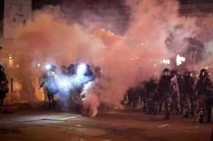 示威者全港大肆破壞縱火 警方再度舉槍