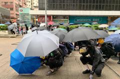 反「禁蒙面法」!示威者聚旺角警署外 警方發射催淚彈驅離