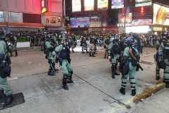 衝突再起!香港示威者聚集旺角警署外擲物 警射催淚彈