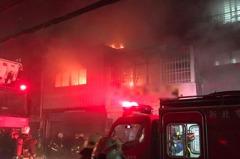 影/板橋香品店大火竄燒2、3樓 女子受困頂樓獲救