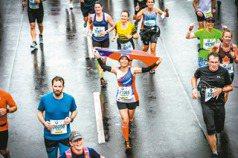 女講師披國旗 跑柏林馬拉松