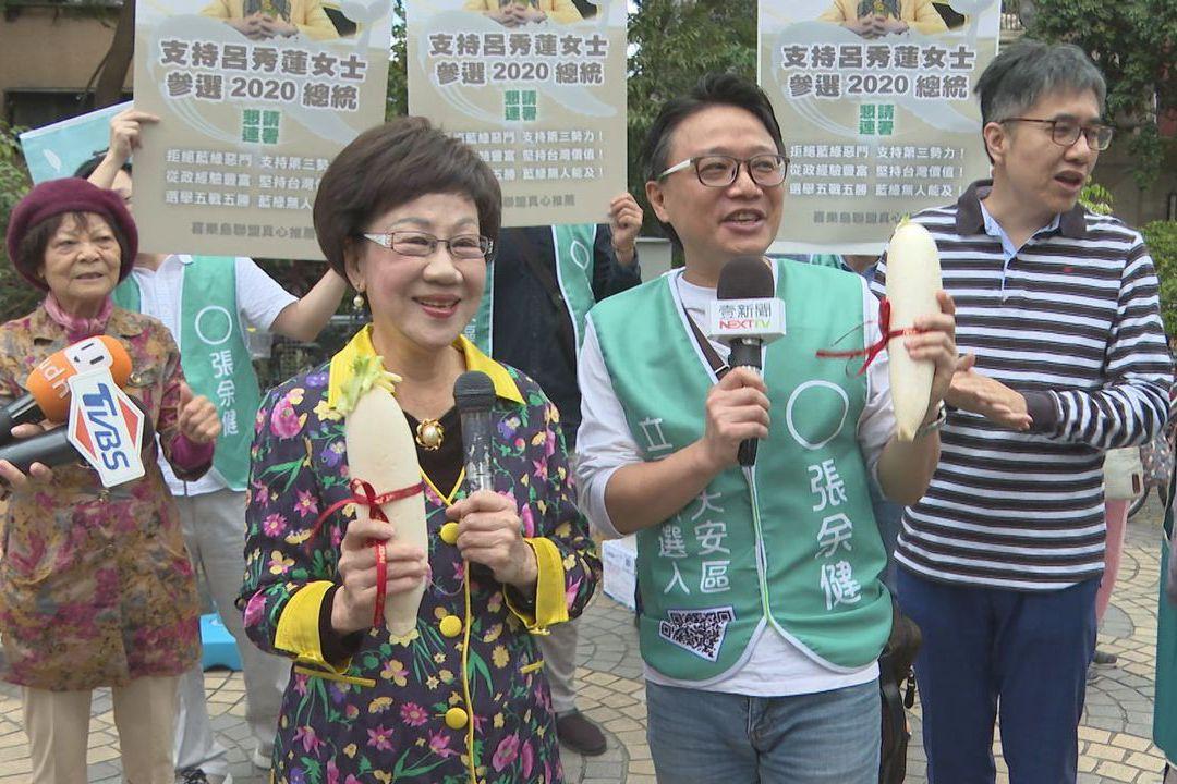 影/赴傳統市場拚連署 呂秀蓮買「芒果乾」嗆藍綠