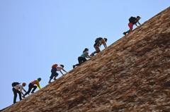 遊客趕在封閉前搶登原住民聖山 澳學者: 必受詛咒