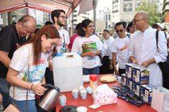 靜宜國際生 製做宏國咖啡、印度拉茶義賣助啟智童